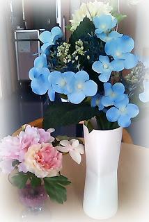 病院のテーブルの上の花瓶。