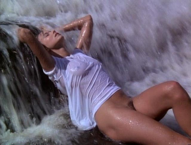 Emmanuelle (Natalie Uher) unter einem Wasserfall