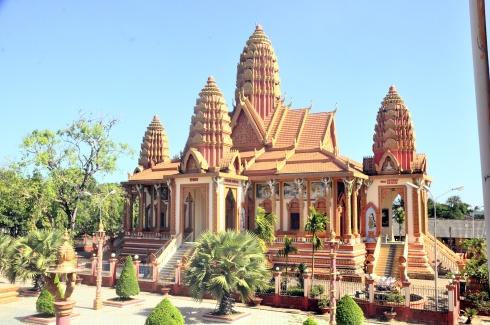 Ngôi chánh điện chùa Sêrây Cro Săng. khóm Cà Lăng, phường 2, thị xã Vĩnh Châu, tỉnh Sóc Trăng