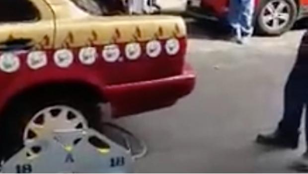 """Policía de tránsito de la CDMX pone """"araña"""" a taxista que ayudaba a anciano de 93 años."""