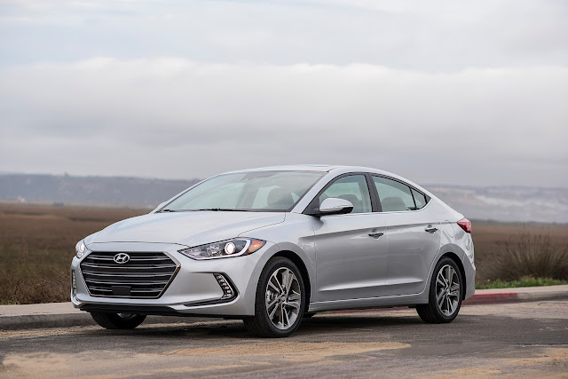 Front 3/4 view of 2017 Hyundai Elantra
