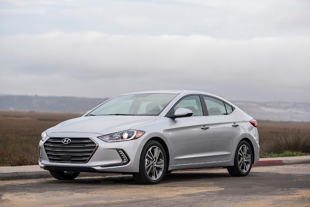 Front 3/4 view of 2017 Hyundai Elantra