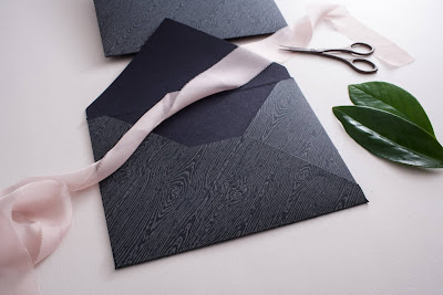 Granatowa koperta na zaproszenia ślubne z fakturą przypominającą drewno od Kartki Papieru.