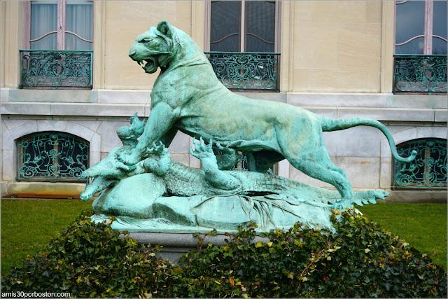 Escultura de un Tigre Matando a un Cocodrilo en la Mansión The Elms en Newport