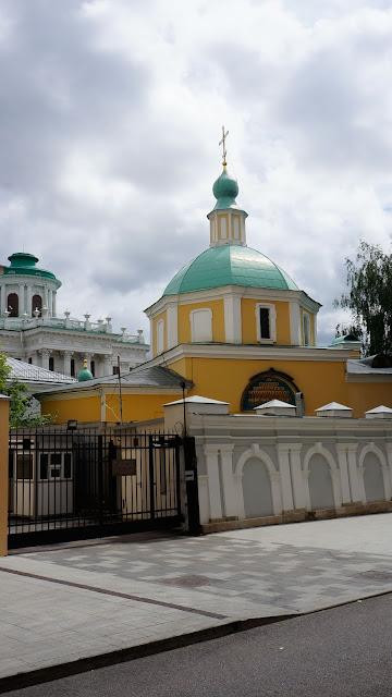 На фото - изображение Храма святителя Николая, на заднем плане которого видна крыша Дома Пашкова
