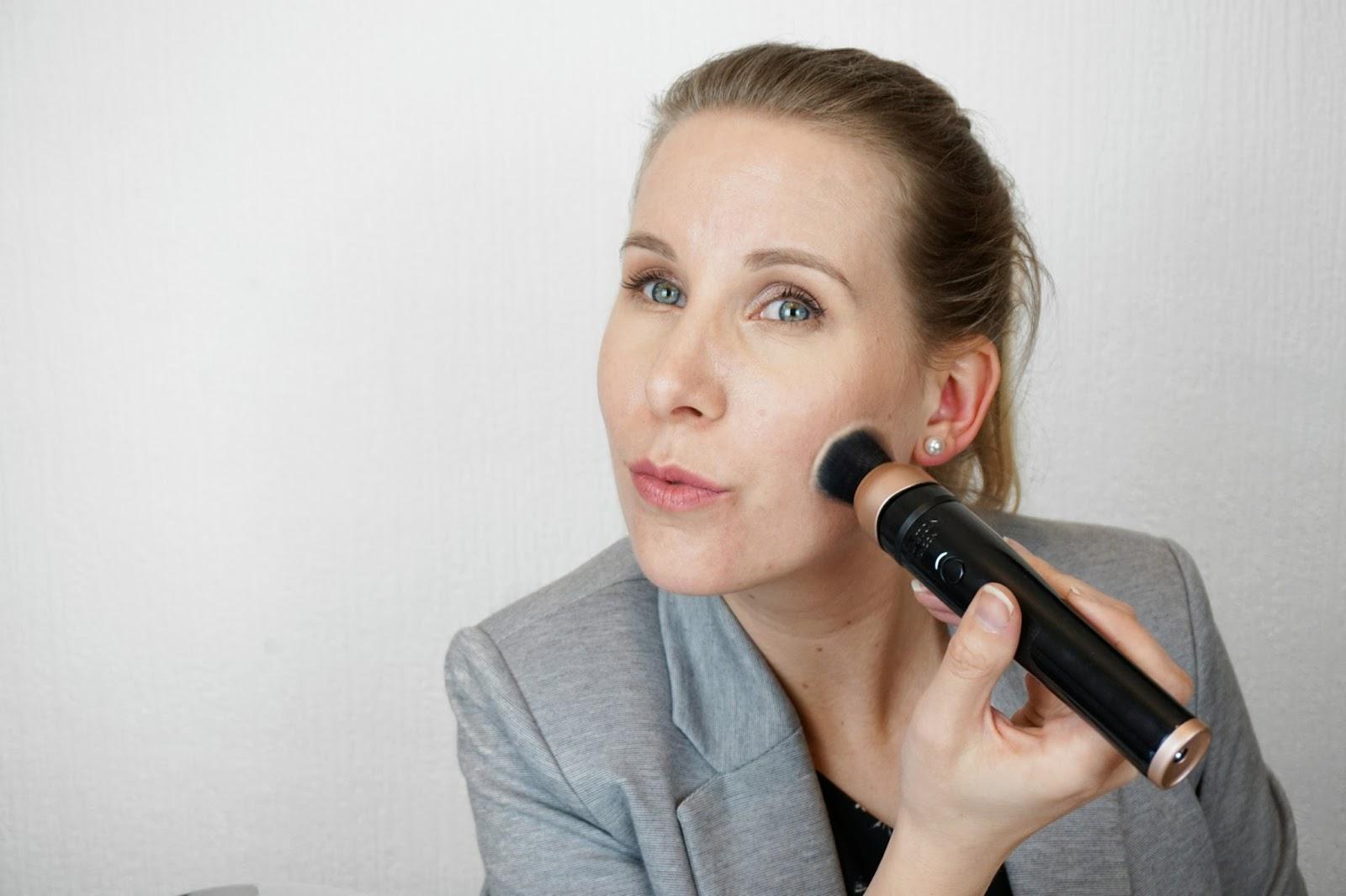Using_The_Magnitone_London_BlendUp_Makeup_Blending_Brush