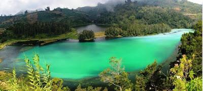 Sejarah Talaga Warna     Keindahannya tak cukup diungkap kata-kata. Inilah danau yang luar biasa indah. Dikitari hutan yang rimbun dan alami. Letaknya di kompleks Gunung Megamendung, berbatasan antara Bogor dan Cianjur. Dibalik itu, ternyata Talaga Warna menyembunyikan sejarah yang nyaris luput dari perhatian.  Sejak lama Talaga Warna menjadi obyek wisata andalan kabupaten Bogor. Memang, pesona alamnya yang wah, sanggup membuat decak kagum pengunjung atau wisatawan. Tiap hari, ada saja yang mengunjungi telaga ini. Banyak daya tarik danau yang selalu menyedot wisatawan domestic dan manca ini. Salah satunya adalah fenomena alam yang jarang ditemui di tempat lain. Secara administratif, telaga ini masuk dalam wilayah konservasi Bogor, tepatnya di Desa Tugu, Kecamatan Cisarua, Kabupaten Bogor, atau kawasan yang terkenal dengan sebutan Bogor-Puncak-Cianjur (Bopuncur).   Bila ditilik seksama, air yang menggenangi telaga ini kerap berubah warna. Konon, ada tujuh warna yang pada waktu-waktu tertentu tampil bergantian. Tentu saja ini bukan gejala alam biasa. Agaknya itulah sebabnya mengapa telaga ini dinamakan Talaga Warna. Selain itu, masih banyak fenomena lain yang menjadi daya tarik lain danau mungil ini. Seperti kisah tentang bekas Kerajaan Kutatanggeuhan yang pusatnya ber  Referensi  http://ekorisanto.blogspot.co.id/2009/07/asal-usul-talaga-warna.html
