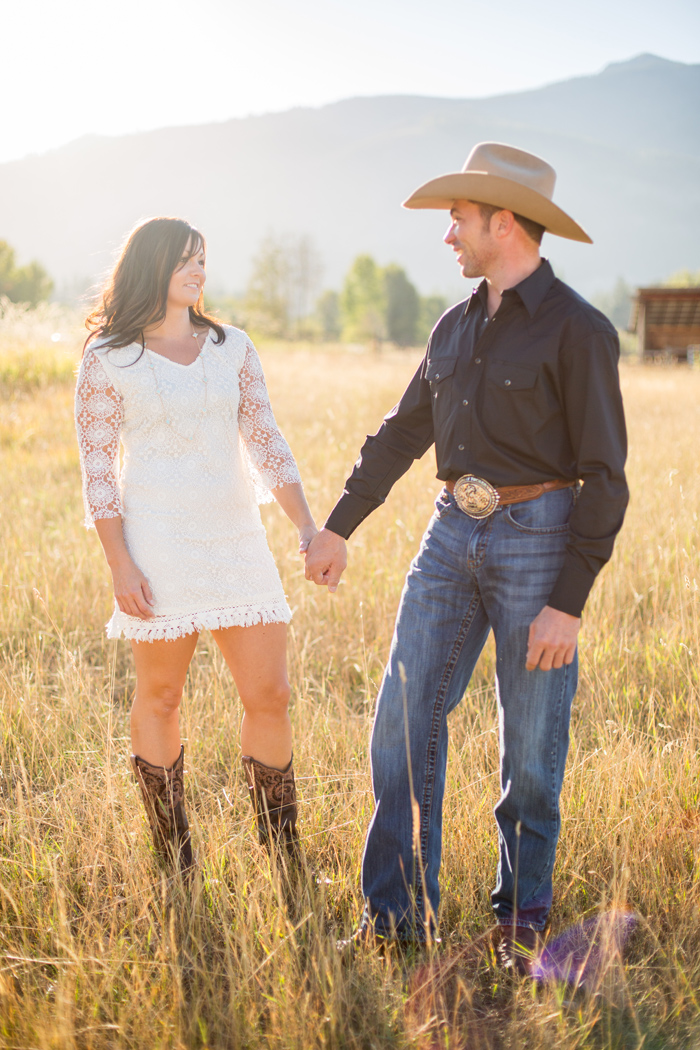 Montana Engagement / Stella Kelsie Photography @stellakelsiemt / #montanabridemag