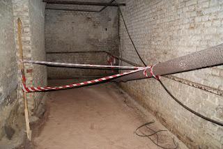 Ein abgesperrter Bereich im Inneren des  Fortes. Vor dem Bereich ist rot-weißes Flatterband gespannt