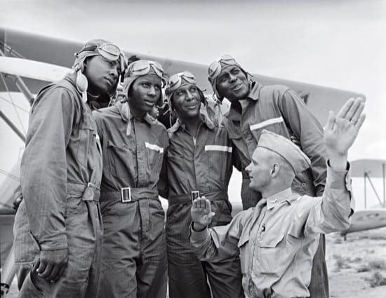 Miembros del 99th Pursuit Squadron, los Tuskegee, recibiendo información sobre las corrientes de aire, en 1942. Los Tuskegee fueron el primer escuadrón de afroamericanos