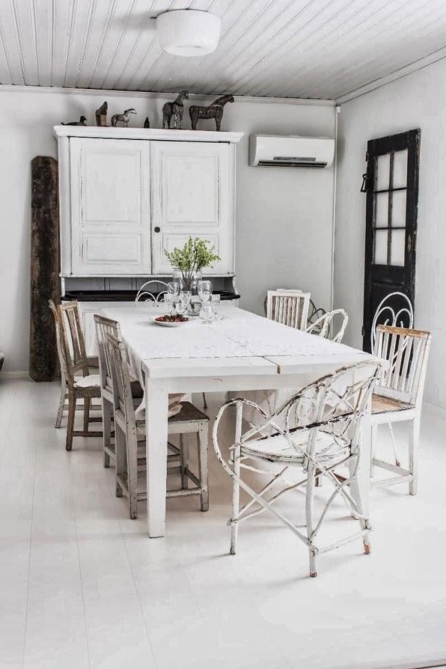 Piękne wnętrze w stylu skandynawskim i shabby chic, wystrój wnętrz, wnętrza, urządzanie domu, dekoracje wnętrz, aranżacja wnętrz, inspiracje wnętrz,interior design , dom i wnętrze, aranżacja mieszkania, modne wnętrza, styl skandynawski, scandinavian style, białe wnętrza, shabby chic, jadalnia