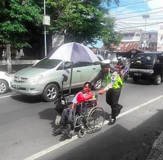 Mulia, Polisi Ini Bantu Penyandang Cacat. 'Tuhan Berkati Tugasmu Pak'