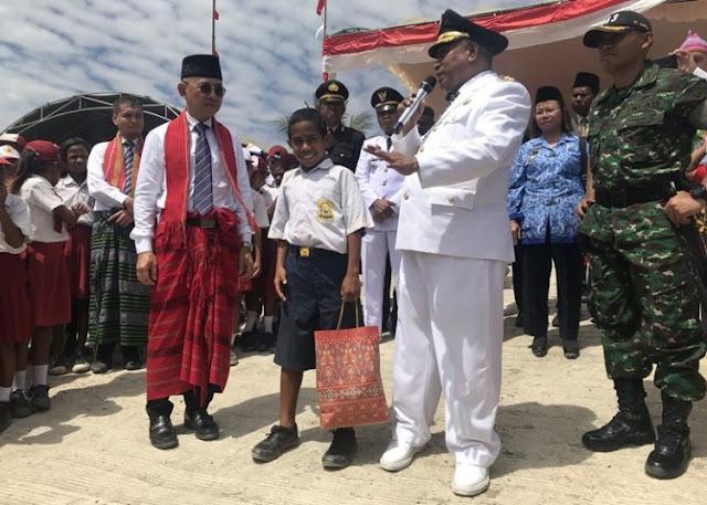 Bikin Haru, Demi Berkibarnya Merah-Putih Siswa SMP Atambua Rela Panjat Tiang Bendera