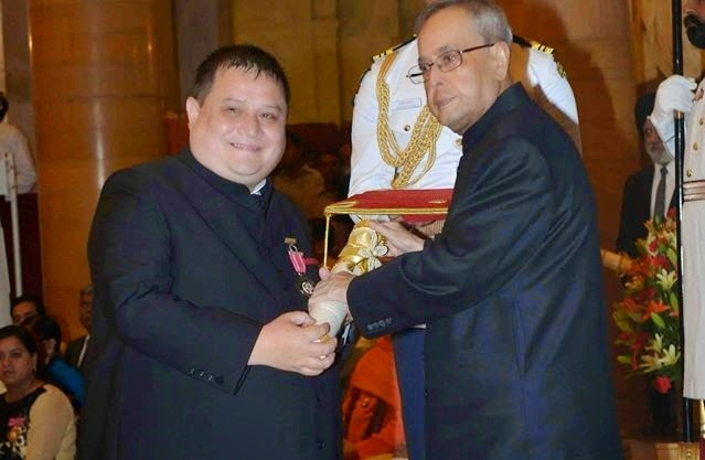 Neil Nongkynrih receiving the Padma Shri award from President Pranab Mukherjee