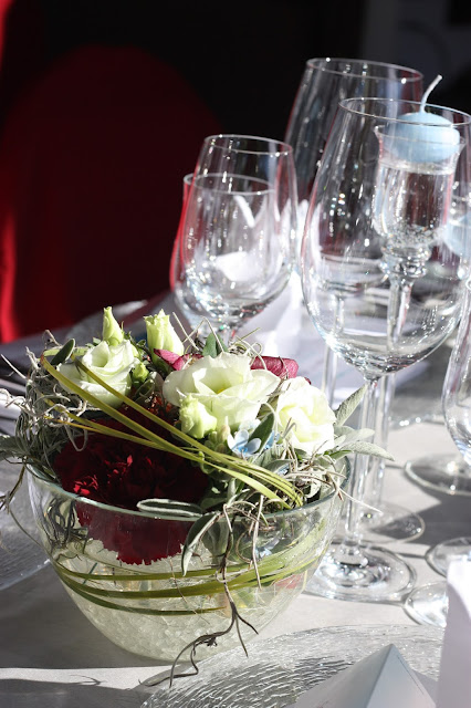 Tischdekoration centerpieces Winterhochzeit in den Bergen am Riessersee Hotel Garmisch-Partenkirchen in Bayern, Kupfer, Dunkelrot, Hellblau, Grau, Winter wedding abroad Bavaria in copper, ruby red, light blue