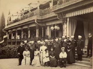Ливадийский дворец. Император Александр III в кругу семьи и придворных.