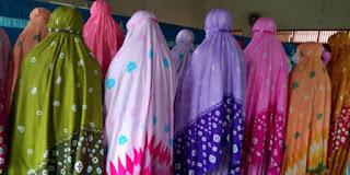 http://cdn.klimg.com/dream.co.id/resources/news/2016/03/15/29581/664xauto-hukum-mengenakan-mukena-warna-warni-1603154.jpg