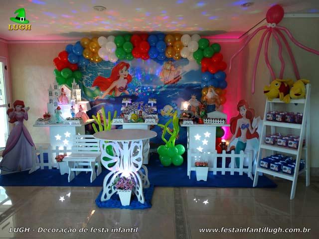Decoração da mesa do bolo de aniversário tema Pequena Sereia - Festa feminina
