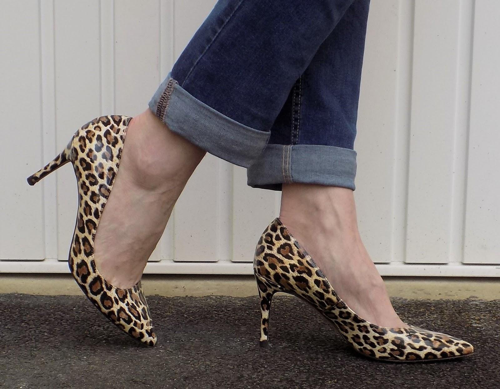 Boyfriend jeans with leopard print shoes