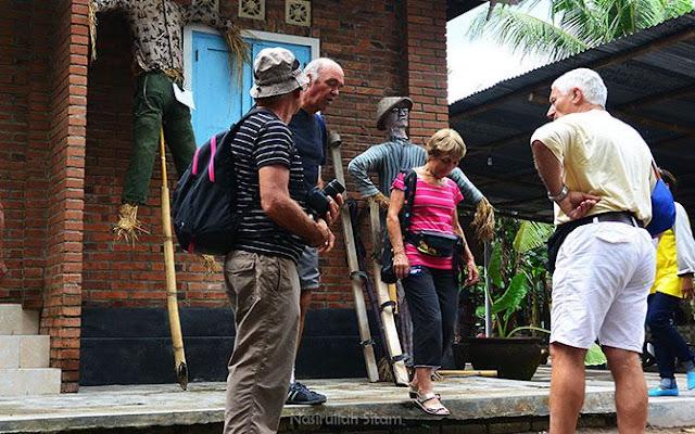Sebagian turis manca sudah keluar dari museum