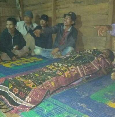 Warga melayat jenazah korban yang tewas dimangsa buaya