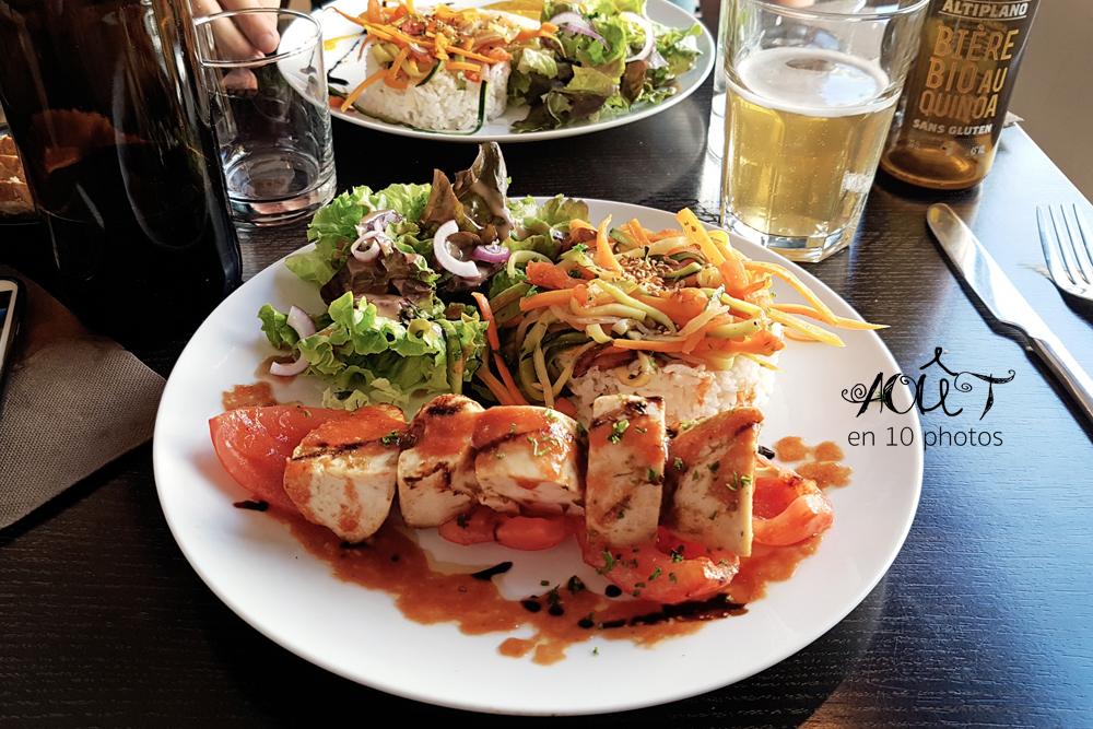 Plat du restaurant Châtaigne et Sarrasin à Caen : poulet, riz et légumes, le tout sans gluten