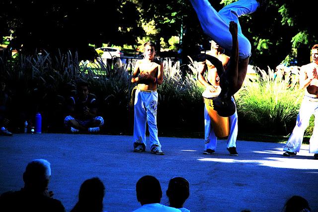 Jovén saltando en baile africano