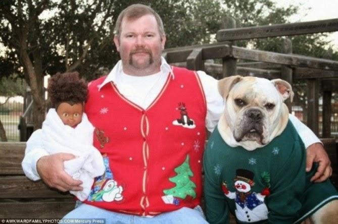 Una muñeca de color un hombre con chaleco navideño y un perro con un suéter de navidad