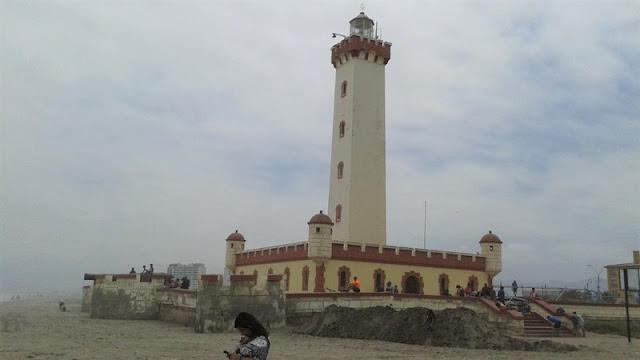 El Faro Monumental de 1950 solitario en la playa
