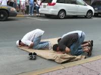 Hukum Shalat di Jalan Umum Menurut Imam al-Nawawi