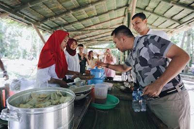 Nikmati Akhir Pekan, M Ridho Cicipi Jajanan di Pasar Tahura