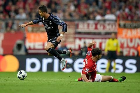 Ngày lịch sử của tuyển thủ Ronaldo đồng thời là nỗi thất vọng của Javi Martinez.