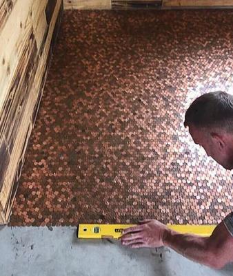 Karena Biaya Lantai Baru Mahal,Orang Ini Membuat Lantai dari Koin