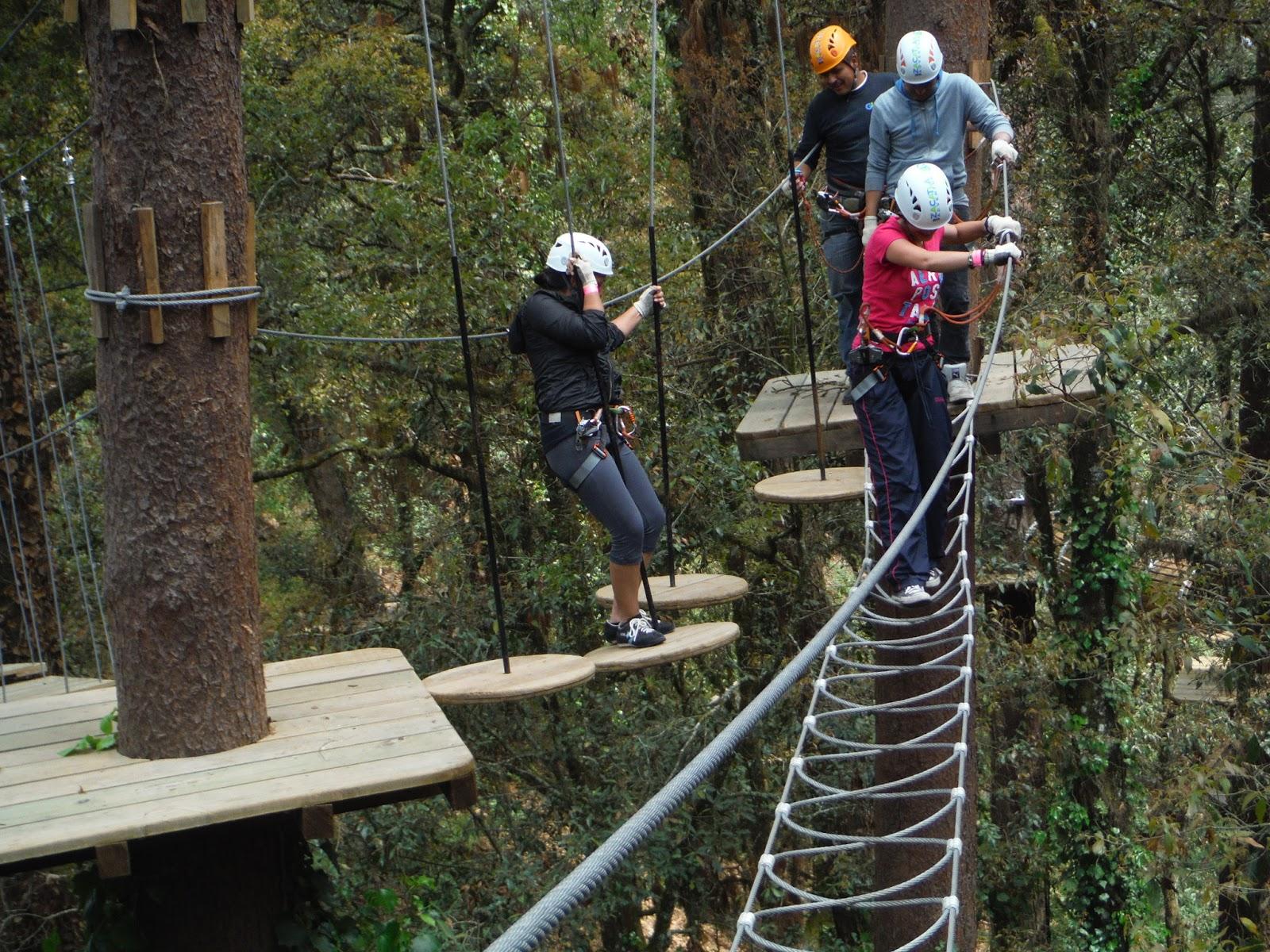 Personas cruzando el puente colgante en Zacatlán Adventure