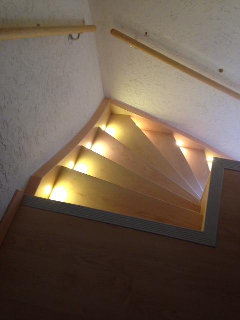 Treppenbeleuchtung einseitig - Blick vom oberen Treppenpodest