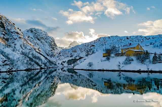 Lofoten, reflejos sobre el fiordo, por El Guisante Verde Project
