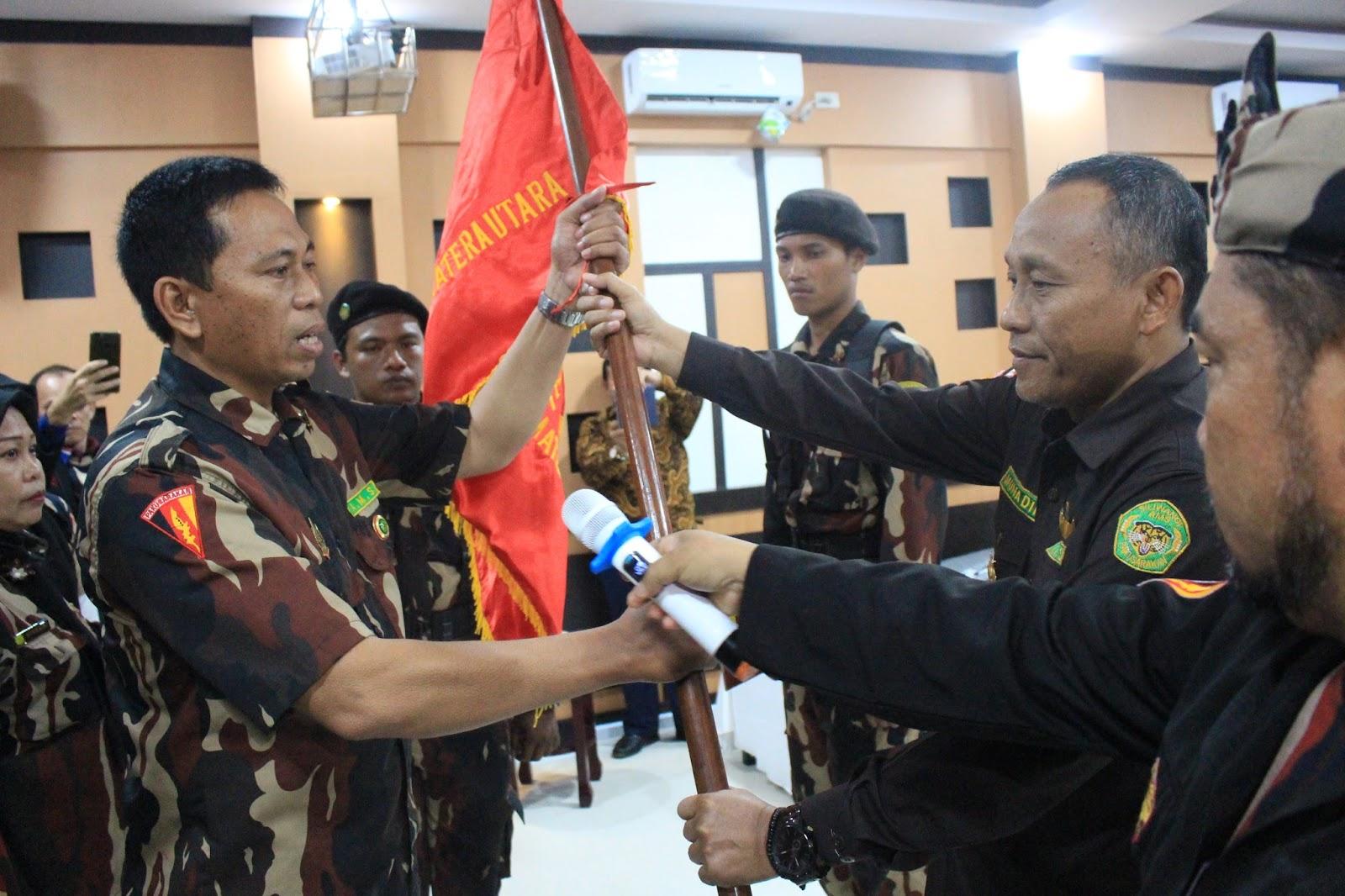 Zainul Qomar Ketua AMS Distrik Asahan saat menerima petaka bendera kebesaran saat proses pelantikan.