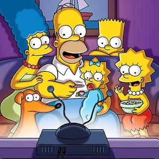 The Simpsons, la familia sentada en el sofá viendo la televisión