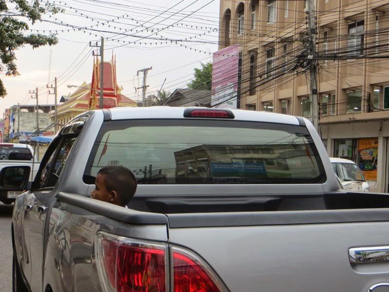Ребенок в кузове пикапа