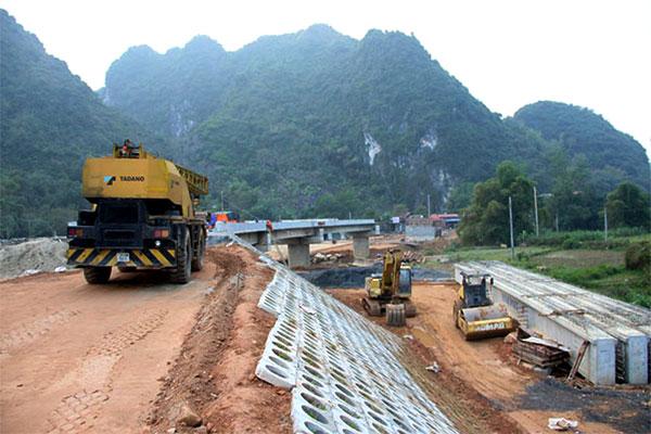 Nhân công thi công đường hai đầu cầu Khê Tang