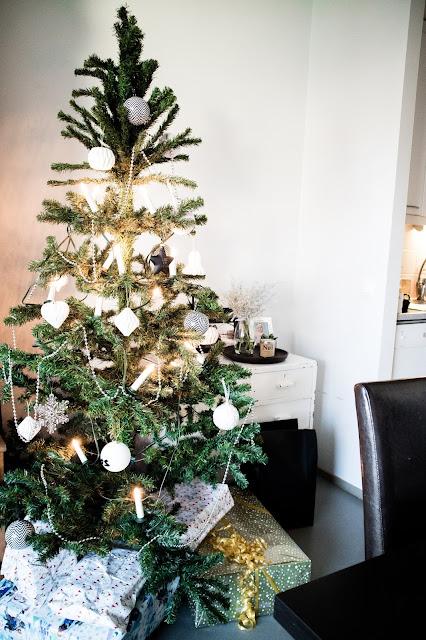 joulu, joulukuusi, tekokuusi, kuusenkoristeet, perheen kanssa, vauva,