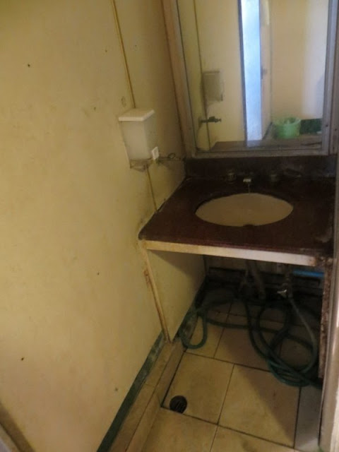 умывальник в туалете