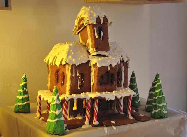 Lebkuchenhaus mit Fenstern aus Karamall Sahne Bonbons