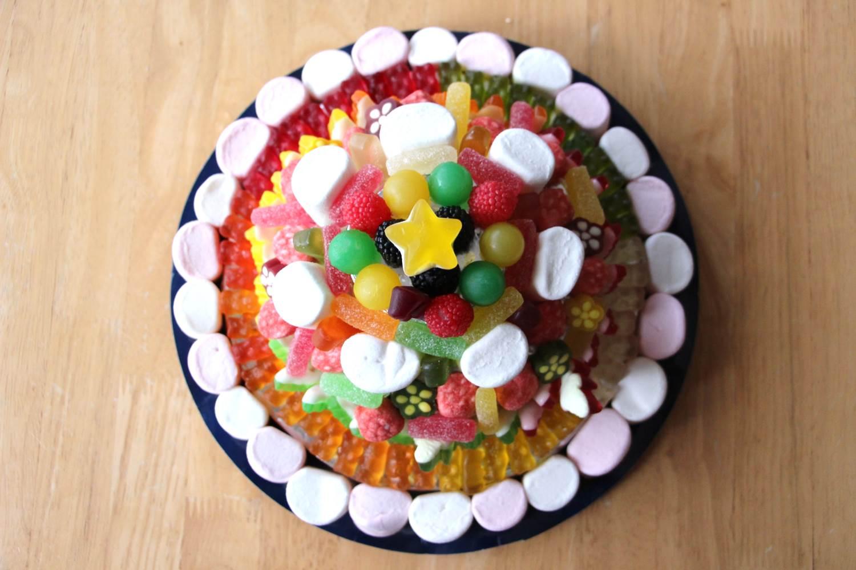 Flo en cuisine construire un g teau de bonbons avec ce qu 39 on a sous la main - Gateau en bonbon ...