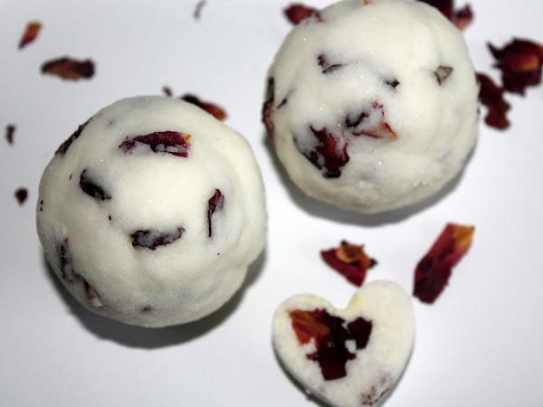 DIY Badebomben / Badekugeln mit getrockneten Rosenblättern