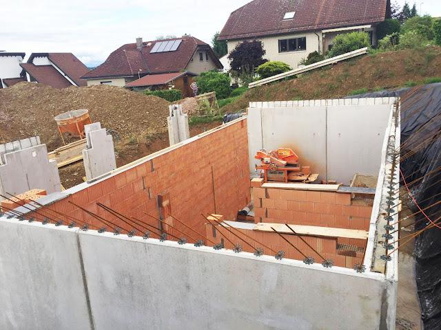 Die erste  vollständige Mauer ist gemauert