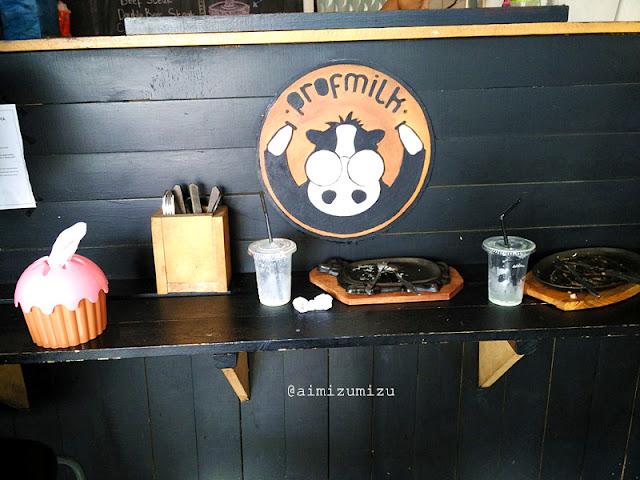 Ada 2 meja dan 1 mini meja bar