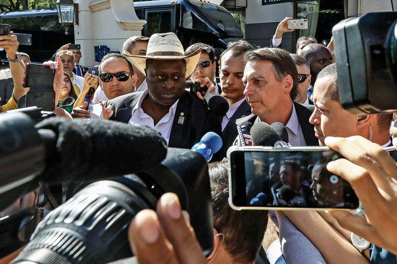 OUTRO VEXAME INTERNACIONAL - BOLSONARO FOI AO TEXAS FALAR MAL DO BRASIL -VEJA FOTOS