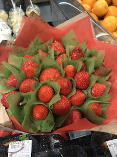 Hoa làm bằng dâu tây chín đỏ mọng