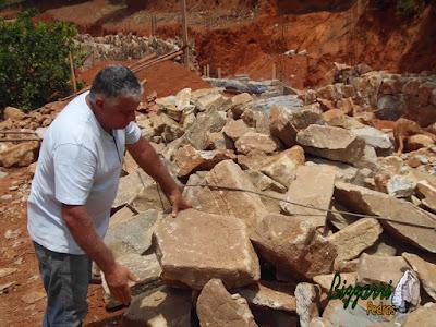 Pedra moledo, nesse tom marrom, para construção de castelo de pedra.